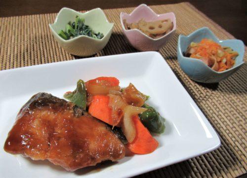 ナッシュ・ぶりと野菜の黒酢あんかけ盛り付け