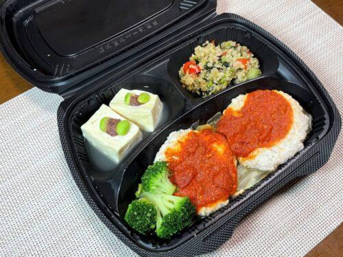 筋肉食堂DELI・鶏肉と軟骨入り豆腐ハンバーグ・トマト