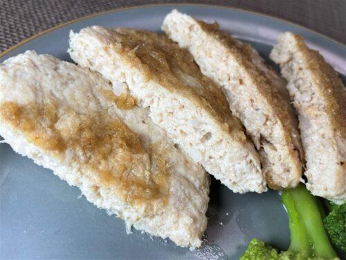 筋肉食堂デリ・鶏肉と軟骨入り豆腐ハンバーグおろしポン酢盛り付け